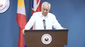 Philippine Foreign Secretary Albert Del Rosario meets with British foreign minister Philip Hammond and says China's test flight on a disputed island is a cause of concern. (Photo captured from Reuters video)