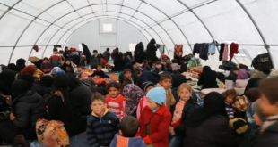Thousands of Syrian refugees stranded at Turkey-Syria border