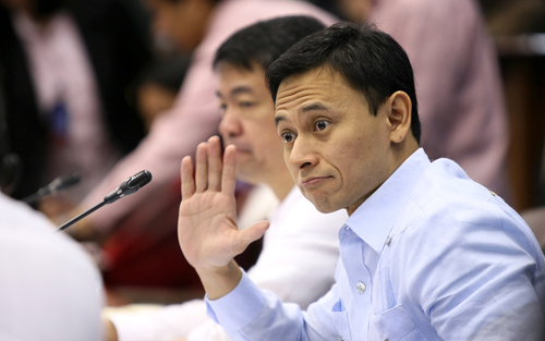 Angara pushes for law on fare discounts for students