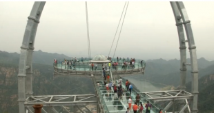 Chinese take on fear of heights at giant glass platform
