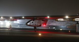 Solar Impulse 2, the solar powered plane, arrives at Al Batin Airport in Abu Dabi to complete its world tour flight on July 26, 2016 in the United Arab Emirates. Solar Impulse 2 landed in the UAE early on Tuesday, July 26, 2016, completing its epic journey to become the first sun-powered airplane to circle the globe without a drop of fuel. / AFP PHOTO / KARIM SAHIB
