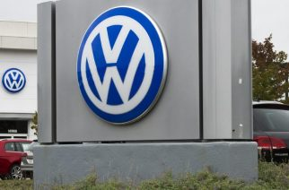(FILES) This file photo taken on September 29, 2015 shows the logo of German car maker Volkswagen at a dealership in Woodbridge, Virginia. A US judge on August 25, 2016 gave German automaker Volkswagen until October 24 to come up with a fix for three-liter diesel engines rigged to cheat emissions tests, or face trial. Meanwhile, Volkswagen indicated it has reached a settlement deal in principle with US dealerships over diesel-cheat losses.  / AFP PHOTO / PAUL J. RICHARDS
