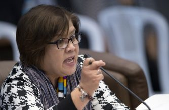 Senator Leila De Lima asks questions to former death squad member Edgar Matobato during a senate hearing in Manila on September 15, 2016. A former death squad member made explosive allegations against the Philippine president before the Senate on Thursday, September 15, 2016 ./ AFP PHOTO / NOEL CELIS