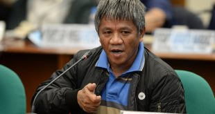 Edgar Matobato, a self-confessed hitman, demonstrates holding a handgun as he continues to testify at the Senate hearing on extrajudicial killings, in Manila on September 22, 2016. Matobato told a Senate inquiry on September 16, that he and a group of policemen killed some 1,000 people in Davao city on Rodrigo Duterte's orders from 1988-2013, with the politician himself shooting dead one of the victims. / AFP PHOTO / TED ALJIBE