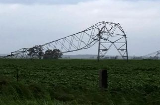 "A photo taken on September 28 and obtained on September 29, 2016, shows transmission towers carrying power lines, toppled by high winds near Melrose in South Australia.  Australia on Thursday after ""unprecedented"" thunderstorms knocked out supply to the entire population. The blackout caused chaos and widespread damage was reported as authorities warned of more wild weather to come. / AFP PHOTO / DEBBIE PROSSER / DEBBIE PROSSER"