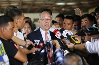 US Assistant Secretary of State Daniel Russel (C) talks to members of the press after a meeting with Philippine Foreign Affairs Secretary Perfecto Yasay (not pictured) at the Department of Foreign Affairs office in Manila on October 24, 2016. US Secretary of State John Kerry made a telephone call to his Filipino counterpart Perfecto Yasay earlier on October 24 to discuss the issue, said US Assistant Secretary of State Daniel Russel after meeting with Yasay in Manila. / AFP PHOTO / STRINGER