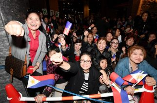 Over a hundred supporters gather to welcome Philippines' President Rodrigo Duterte outside a hotel in Tokyo on October 25, 2016. Duterte is here on a three day visit. / AFP PHOTO / TOSHIFUMI KITAMURA