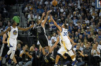 OAKLAND, CA - OCTOBER 25: Tony Parker #9 of the San Antonio Spurs shoots over Stephen Curry #30 of the Golden State Warriors during the first quarter in an NBA basketball game at ORACLE Arena on October 25, 2016 Oakland, California. NOTE TO USER: User expressly acknowledges and agrees that, by downloading and or using this photograph, User is consenting to the terms and conditions of the Getty Images License Agreement.   Thearon W. Henderson/Getty Images/AFP
