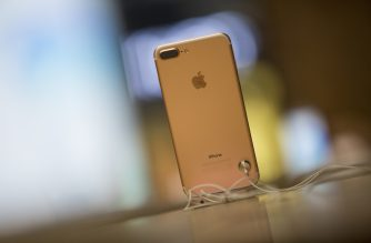 The new iPhone 7 smartphone is on display on the day of its release at Covent Garden in London on September 16, 2016.  Apple's iPhone 7 launch generated trademark queues and brisk sales today that defied gloomy expectations. / AFP PHOTO / Jack Taylor / Jack Taylor