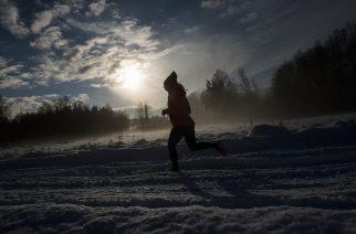A woman runs on the snow covered Igelbaecken nature reserve on November 10, 2016 in Ursvik, Sundbyberg near Stockholm.  / AFP PHOTO / JONATHAN NACKSTRAND