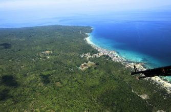 """In this photo taken on August 31, 2016, shows an aerial shot taken from an air force helicopter of the coastal area of Jolo town, Sulu province, in southern island of Mindanao, as troops carried out President Rodrigo Duterte's orders to """"destroy"""" the militants.  Duterte tagged on September 3, the Abu Sayyaf, an Islamic militant group from the southern Philippines notorious for kidnappings, as a possible suspect in a deadly blast in his home town of Davao. / AFP PHOTO / MARK NAVALES"""