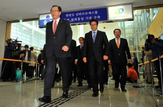 Ahn Hong-Joon (L), chairman of the South Korean parliamentary's Foreign Affairs and Unification Committee, and other lawmakers leave for North Korea at the inter-Korean transit office in Paju near the Demilitarized zone dividing the two Koreas on October 30, 2013. A group of South Korean lawmakers crossed the border into North Korea to visit an inter-Korean factory complex in the communist country that has recently resumed operations after a five-month hiatus. AFP PHOTO / JUNG YEON-JE / AFP PHOTO / JUNG YEON-JE