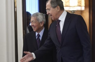 Russian Foreign Minister Sergei Lavrov (R) welcomes his Philippine counterpart Perfecto Yasay prior to their meeting in Moscow on December 5, 2016.   / AFP PHOTO / Natalia KOLESNIKOVA