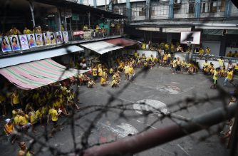 Inmates relax at the basketball court inside the jail in Quezon City, suburban Manila on December 14, 2016. China has pledged funds for a new detention facility in the Philippines as part of its support for President Rodrigo Duterte's drug war, the Philippine jail chief said on December 14. / AFP PHOTO / TED ALJIBE