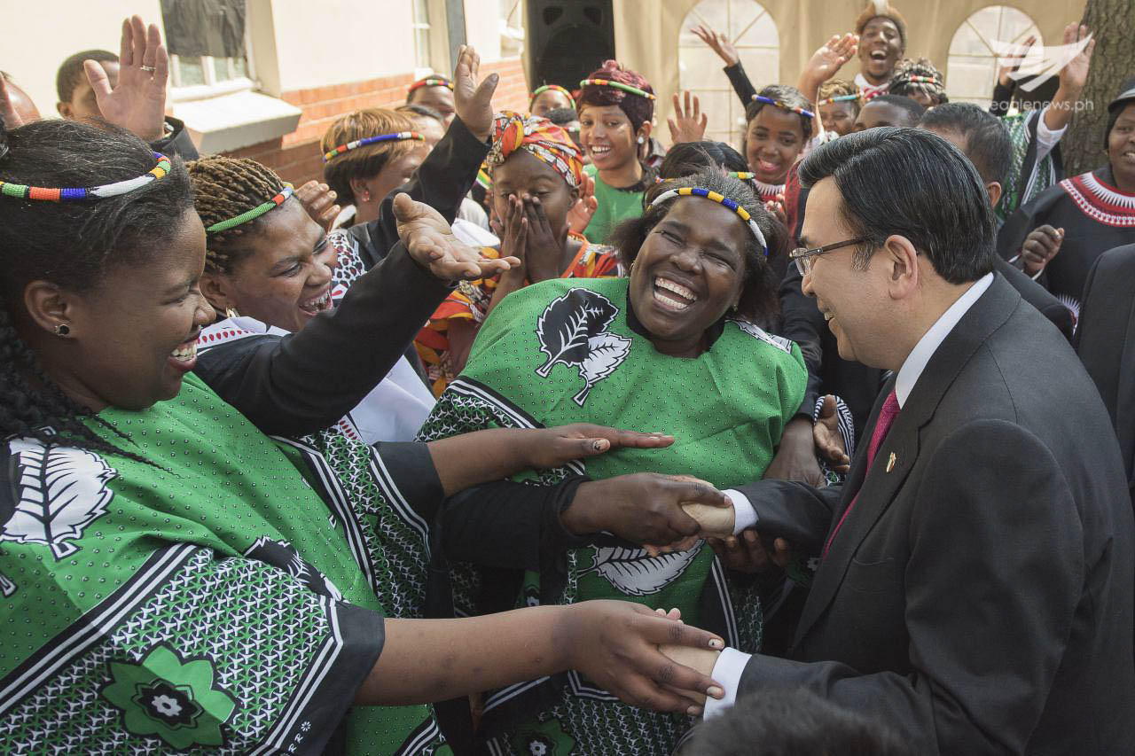 Iglesia Ni Cristo members in Africa joyously greet the INC Executive Minister, Brother Eduardo V. Manalo, during one of his pastoral visits in South Africa in August this year. (Photo courtesy INC Executive News)