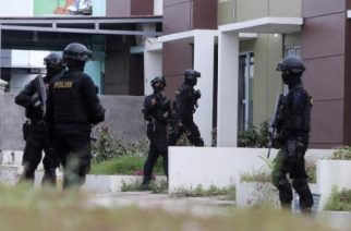 Indonesian anti-terror police from Detachment 88 are seen entering a building during a raid in Batam, Riau Islands, Indonesia, August 5, 2016 in this photo taken by Antara Foto.   Antara Foto/M N Kanwa/via REUTERS/File Photo