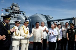Philippines' President Rodrigo Duterte (4th L) shake hands with Russia's Rear Admiral Eduard Mikhailov (3rd L) onboard the Russian anti-submarine navy ship Admiral Tributs in Manila on January 6, 2017.  The Russian Navy said on January 3 it was planning to hold war games with the Philippines, as two of its ships made a rare stop in Manila following Filipino President Rodrigo Duterte's pivot from the United States. / AFP PHOTO / POOL / Noel CELIS