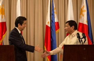 Philippine President Rodrigo Duterte (R) and Japanese Prime Minister Shinzo Abe (L) shake hands during a joint press statement at the Malacanang Palace in Manila on January 12, 2017. Prime Minister Abe arrived in the Philippines on January 12, becoming the first foreign leader to visit since President Rodrigo Duterte took office last year and launched his deadly war on crime. / AFP PHOTO / NOEL CELIS