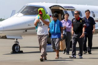 Captain Chul Hong Park (L), a South Korean national, and 2nd officer Filipino Glenn Alindajao (2 L), two hostages released in Jolo Sulu, arrive in Davao City with Philippine Peace Adviser Secretary Jesus Dureza (2nd R)on Jan 14, 2017.  A South Korean captain and a Filipino crewman abducted by suspected Islamist militants in the southern Philippines three months ago were released, the presidential peace adviser said. / AFP PHOTO / MANMAN DEJETO