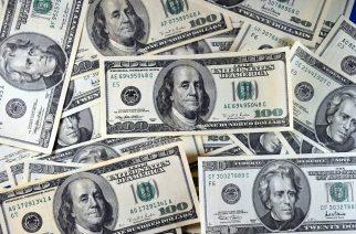 US currency is seeen in this January 30, 2011 photo in Manassas, VA.  AFP PHOTO/Karen BLEIER / AFP PHOTO / KAREN BLEIER