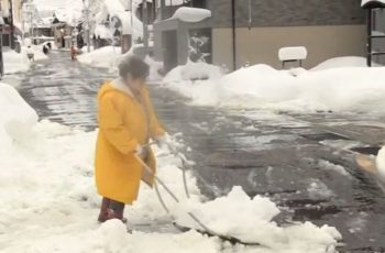Residents of northern Japan struggle to deal with up to two meters of snow, the heaviest this winter. (Photo grabbed from Reuters video)