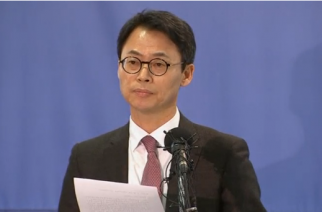 South Korea's special prosecutors' office says it is seeking a warrant to arrest the head of Samsung Group, the country's biggest conglomerate, as a corruption scandal engulfing President Park Geun-hye escalates.(photo grabbed from Reuters video)