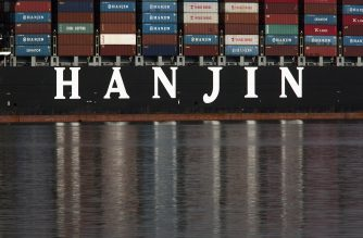 The Hanjin Greece container ship is docked for unloading at the Port of Long Beach after being stranded at sea for more than a week for fear that it could be seized by creditors if it came to shore on September 10, 2016 in Long Beach, California. A Hanjin Shipping spokesman said a US court had issued an order allowing it to unload some cargo without fear of creditors seizing its ships. As of late September 9, 92 of 141 ships being operated by the world's seventh largest shipping firm were stranded at sea.  / AFP PHOTO / DAVID MCNEW