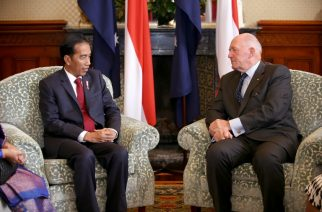 Indonesian President Joko Widodo (L) meets with Australian Governor-General Peter Cosgrove at Admiralty House in Sydney on February 26, 2017. Widodo during his two-day official visit discussed bilateral and international issues with Australian high officials. / AFP PHOTO / AFP PHOTO AND pool / Rick Rycroft