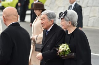 Japanese Emperor Akihito (C) and Empress Michiko (R) leave for Vietnam from Tokyo's Haneda Airport on February 28, 2017. Japan's emperor and empress departed February 28 for their first trip to Vietnam to meet families of former Japanese soldiers to help heal wounds left over from its occupation of the country during World War II. The royal couple are scheduled to visit Hanoi and Hue before travelling to Thailand, according to the Imperial Household Agency.  / AFP PHOTO / KAZUHIRO NOGI