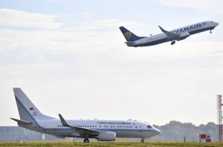 A passenger jet operated by Irish airline Ryanair takes off behind the President of Colombia's Air Force plane on the tarmac as Colombian President Juan Manuel Santos and wife Maria Clemencia Rodriguez arrive at London Stansted Airport in Essex, north of London, on October 31, 2016 for a state visit to the UK, the first ever by a Colombian president. Santos arrived for a three-day state visit during which he will meet with Queen Elizabeth II and Prime Minister Theresa May and travel to Belfast to meet key figures in Northern Ireland's peace process. / AFP PHOTO / BEN STANSALL