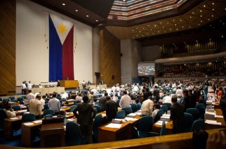 Congressmen vote vocally for the passage of the death penalty at the House of Representatives in Manila on March 1, 2017. The lower house of the Philippine parliament on March 1 voted on the passage of a bill reimposing the death penalty for narcotics trafficking. / AFP PHOTO / Noel CELIS