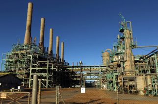 (FILES) This file photo taken on January 11, 2017 shows a general view of an oil refinery in Libya's northern town of Ras Lanuf.  The forces of eastern Libya's military strongman Khalifa Haftar conceded on March 3, the loss of a key oil export port they seized last year as fighting for the country's resource wealth intensifies. The capture of Ras Lanuf and the other three eastern oil ports in September enabled Haftar to keep up his challenge to the authority of the UN-backed government in Tripoli and demand a major role in a replacement administration. / AFP PHOTO / Abdullah DOMA