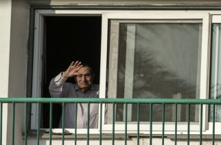 (FILES) This file photo taken on October 6, 2016 shows Egypt's former president Hosni Mubarak waving to people from his room at the Maadi military hospital in Cairo, as his supporters gather to celebrate the 43rd anniversary of October War victory. An Egyptian prosecutor allowed on March 13, 2017 for Mubarak to be released, his lawyer said, after an appeals court acquitted the ex-president of involvement in the killing of protesters during the 2011 uprising. / AFP PHOTO / KHALED DESOUKI