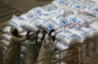 Sudanese workers offload US aid destined for South Sudan from the World Food Programme (WFP) at Port Sudan on March 19, 2017.    / AFP PHOTO / ASHRAF SHAZLY