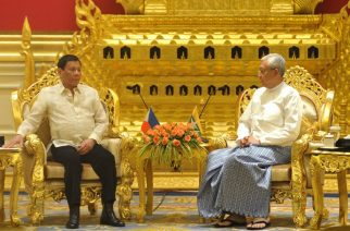 Myanmar's President Htin Kyaw (R) talks to his Filipino counterpart Rodrigo Duterte during a meeting at the Presidential House in Naypyidaw on March 20, 2017. Duterte's visit coincided with the 60th anniversary of ties between the two countries. / AFP PHOTO / AUNG HTET