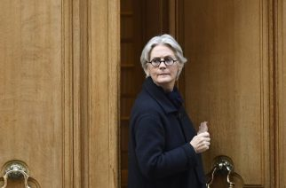Penelope Fillon, the wife of French presidential election candidate for the right-wing Les Republicains (LR) party, leaves her appartment building on March 27, 2017 in Paris. Penelope Fillon and her husband Francois Fillon are under investigation for a range of charges including alleged embezzlement, as Penelope Fillon is expected for a hearing by investigating judges this week in Paris.   / AFP PHOTO / Lionel BONAVENTURE