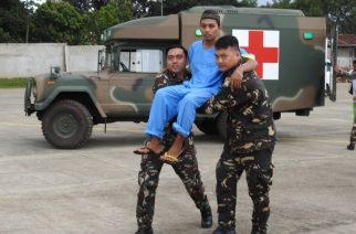 Filipino soldiers carry one of three rescued Malaysian hostages to a waiting aircraft at the airport in Jolo town, sulu province, in southern island of Mindanao on March 27, 2017. Three Malaysian seamen, kidnapped eight months ago by suspected Muslim extremists, were recovered by Philippine soldiers in the strife-torn south, the military chief said on March 27. / AFP PHOTO / NICKEE BUTLANGAN