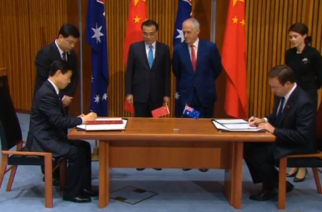 Chinese Premier Li Keqiang says Australia-China relationship is to focus on free trade and that China is not militarising the South China Sea at a news conference in Canberra with his Australian counterpart Malcolm Turnbull.(photo grabbed from Reuters video)