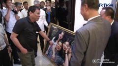 Chinese Ambassador presents a portrait of Philippine President Duterte