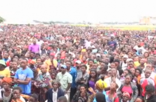 A photo of part of the crowd that came to the food distribution activity in Lusaka, Zambia which was cancelled by the police after the stampede outside the Olympic Youth Development Center.  (Photo grabbed from Agence France Presse video)