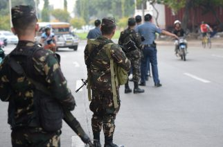 "Philippine soldiers and policemen man a checkpoint, along a street in Manila on September 8, 2016, as the government tightened security in public places, after declaring ""state of lawlessness"" due to the bomb explosion at a night market in Davao City that killed 14 people.  Duterte's anti-crime crackdown increased further after he declared a ""state of lawlessness"" following a bombing in his hometown of Davao last Septmber 2 that left 14 dead and about 70 injured. / AFP PHOTO / TED ALJIBE"