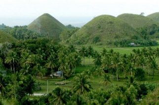 FILE PHOTOS; A bird's eye view of Chocolate Hills of Bohol island in central Philippines, 13 January 2005.  Rising amidst rice fields and coconut grooves in six towns in the interior of the central island of Bohol, the grassy hills were once coral reefs that erupted from the sea in a massive geologic shift. wind and water put on the finishing touches over hundreds of thousands of years. The grass dies and crisps to a light brown in the dry season, causing the hills to resemble giant chocolate drops. This draws hundreds of thousands of awed visitors.   The Philippines sent military reinforcements to one of its most famous tourist islands Wednesday as a deadly operation to flush out heavily armed Islamic militants entered its second day.AFP PHOTO JAY DIRECTO / AFP PHOTO / JAY DIRECTO