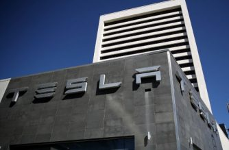 (FILES) This file photo taken on February 22, 2017 shows a sign  posted on the exterior of a Tesla service center o in Los Angeles, California.  Tesla sold more than 25,000 vehicles in the first quarter, a record that beat analysts' forecasts, the electric carmaker said April 2, 2017. The Palo Alto, California-based carmaker saw deliveries bounce back by 69 percent compared to a rough first quarter in 2016. Tesla produced 25,418 vehicles, a bit above its prior record in the third quarter of 2016.  / AFP PHOTO / GETTY IMAGES NORTH AMERICA / JUSTIN SULLIVAN