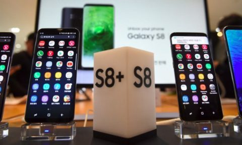 Samsung's new smartphone Galaxy S8 (R) and S8+ (L) are displayed at a Samsung showroom in Seoul on April 7, 2017. Samsung Electronics said on April 7 it expects profits to soar by 48.2 percent in the first quarter despite a smartphone recall fiasco and the arrest of its de facto head. / AFP PHOTO / JUNG Yeon-Je