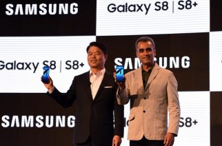 President and CEO of Samsung Southwest Asia HC Hong (L) and senior vice president for mobile business for Samsung India Asim Warsi pose during the launch of the Samsung Galaxy S8 and Galaxy S8+ smartphones during an event in New Delhi on April 19, 2017. / AFP PHOTO / MONEY SHARMA