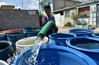 A municipal employee fills barrels of water from a tanker truck in a neighborhood in the Mexico City borough of Iztapalapa on April 19, 2017. Dozens of municipal tanker trucks in Mexico City distribute water in neighborhoods that do not receive piped water. In Iztapalapa approximately two million people have no running water and have to fill barrels and carry it to their homes in buckets. / AFP PHOTO / YURI CORTEZ / TO GO WITH AFP STORY BY YUSSEL GONZALEZ