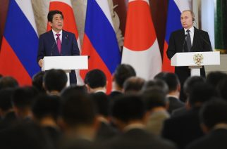 Russian President Vladimir Putin (R) and Japanese Prime Minister Shinzo Abe give a press conference following their meeting at the Kremlin in Moscow on April 27, 2017. / AFP PHOTO / Natalia KOLESNIKOVA