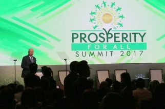 Malaysian Prime Minister Najib Razak speaks at a forum on the sidelines of the Association of Southeast Asian Nations (ASEAN) summit in Manila on April 28, 2017. The Association of Southeast Asian Nations (ASEAN) summit in Manila, where leaders will discuss territorial disputes, terrorism and economic integration, takes place in the Philippine capital on April 28-29. / AFP PHOTO / JOSEPH AGCAOILI