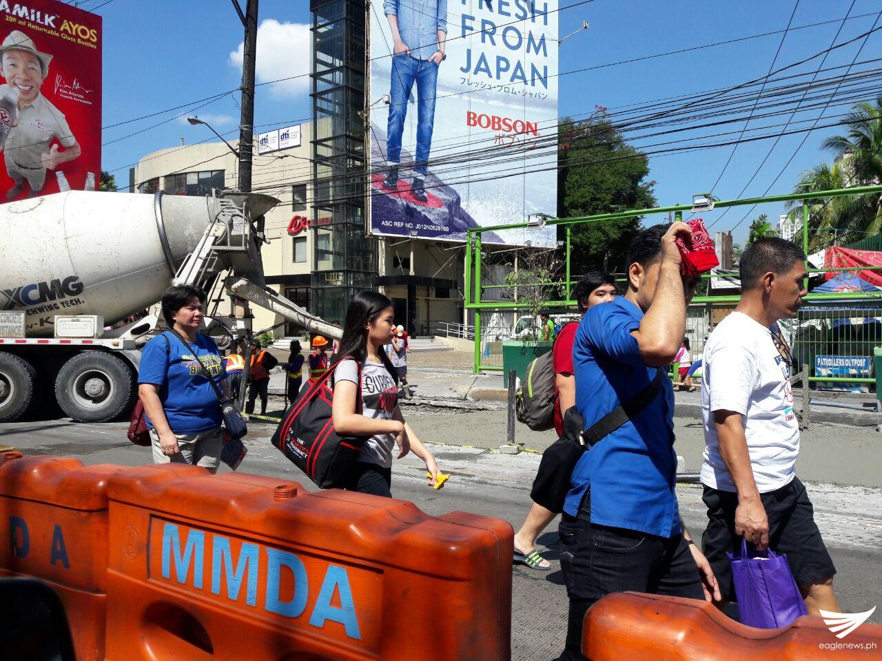 Due to the road closure, commuters were forced to walk from Edsa Crossing (Shaw) to Megamall where they could hail public utility vehicles. Erwin Temperante, Eagle News Service