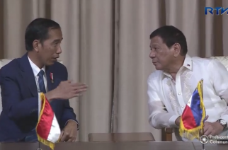 Indonesian President Joko Widodo and Philippine President Rodrigo Duterte talk prior to the signing of various agreements between Indonesia and the Philippines (Photo grabbed from RTVM video)